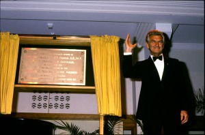 Prime Minister Bob Hawke unveils the NFSA plaque_786316_0004